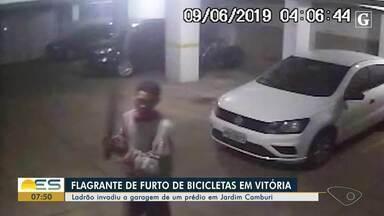 Furto de bicicletas é flagrado em prédio de Jardim Camburi, em Vitória - Ação de criminoso durou 10 minutos; veja o vídeo.
