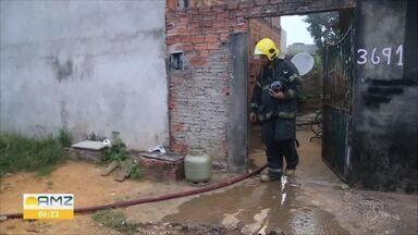 Incêndio em uma casa na cidade de Ariquemes e bombeiros acionados para evitar dano maior - O Incêndio em um dos cômodos de uma moradia no Setor 6 de Ariquemes colocava em risco outras residências. Bombeiros foram chamados para conter as chamas. Franciele do Vale informou bem cedo no Bom Dia Amazônia.