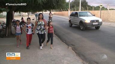Cansaço: alunos caminham cerca de uma hora para chegar à escola em Juazeiro - O transporte escolar foi suspenso; veja na matéria.