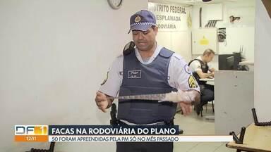 Por dia, PM encontra em média cinco facas na Rodoviária do Plano - Só no mês passado, 50 facas foram apreendidas na Rodoviária do Plano Piloto. Muitas são artesanais. Maioria dos crimes cometidos no local é com o uso de faca, segundo a Polícia Militar.