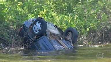 Quatro pessoas morrem em acidente de carro no Ceará - Carro com cinco jovens que voltava de uma festa caiu dentro de um açude na cidade de Barro, no sul do Estado. Segundo uma testemunha, o motorista do veículo estava em alta velocidade.