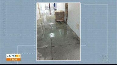 Posto de Saúde do Ernani Sátiro fica alagado depois da chuva - JPB1 atende chamado dos telespectadores e vai até posto de saúde cheio de água.