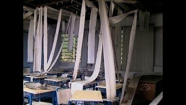 Incêndio destruiu sala de aula da Escola Marieta D'Ambrosio - Cerca de 600 alunos ficaram sem aula nesta segunda-feira.
