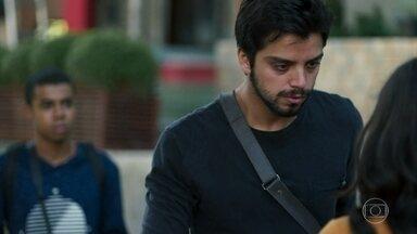 Bruno encontra Laila chorando e a acolhe - Martin avisa a Marie que Laila não está bem e não poderá ir trabalhar