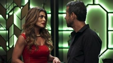 Amadeu tem crise de ciúmes ao flagrar Maria da Paz com Régis - Jô manipula os pais com a ajuda do playboy. Após a confusão, Rock aparece na casa de Maria