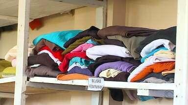 Loja do Agasalho em Santiago doa roupas para as estações mais frias do ano - Cada pessoa pode escolher até cinco peças de roupas.