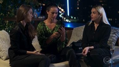 Vivi teme a reação de Camilo ao ver suas fotos - Fabiana e Kim incentivam a blogueira a não se importar. Os policiais provocam Camilo ao ver as fotos de Vivi na internet