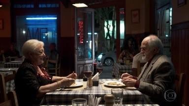 Marlene e Antero saem para jantar - A aposentada convence o advogado a ir em uma pizzaria perto de sua casa