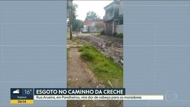 Telespectadora manda vídeo de esgoto perto de uma creche - Prefeitura diz que rua de Parelheiros, na zona sul, deve ser nivelada e cascalhada.