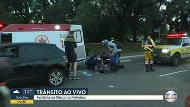 Motociclista e carro se envolvem em acidente na Marginal Pinheiros - Duas faixas da pista local ficaram interrompidas na altura da ponte Cidade Jardim no sentido Castello Branco.