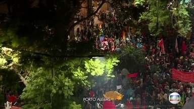 Boletim: Manifestação acontece na Esquina Democrática, em Porto Alegre - Um dos principais pontos de protesto da capital gaúcha, a Esquina Democrática é o ponto de concentração da manifestação desta sexta-feira (14). O protesto é contra o a reforma da Previdência e o corte de verbas na Educação .
