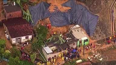 Buscas por duas crianças continuam na região metropolitana do Recife - Em Camaragibe, na região metropolitana do Recife, os bombeiros trabalham há mais de 48 horas na busca de uma criança e de um adolescente, vítimas de um deslizamento de barreira. Ao todo sete pessoas morreram por causa das chuvas.