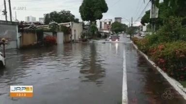 Chuva forte de menos de 20 minutos deixa vias de Macapá alagadas - Ruas e avenidas no Centro da cidade foram atingidas nesta sexta-feira (14).
