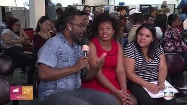 Manoel Soares conversa com amigas que estão procurando emprego em São Paulo - Sueli e Tatiana saíram de casa de madrugada em busca de uma oportunidade. No palco do Encontro, Rosana e Felipe seguem o papo sobre o assunto