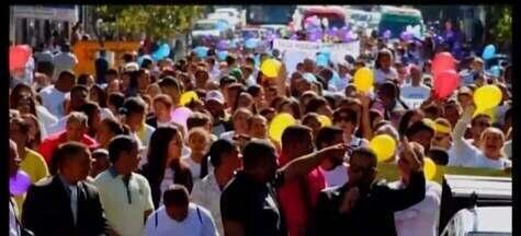 Marcha pra Jesus reúne mais de quatro mil pessoas em Divinópolis - Evento que ocorreu no sábado teve a participação de pessoas de diversas religiões. Durante a caminhada foram feitas paradas especificas para que fossem feitas orações.