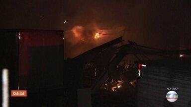 Incêndio atinge imóvel comercial na Zona Leste de São Paulo - Segundo as primeiras informações do Corpo de Bombeiros, 22 viaturas estão no local.