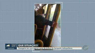Passageiro tem que segurar porta de ônibus do transporte metropolitano - Situação ocorreu no percurso entre Vinhedo e Campinas (SP).