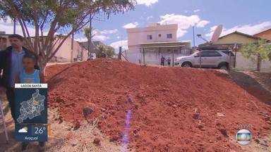 """MG Móvel volta ao bairro Vila Maria, em Lagoa Santa - Cratera está """"engolindo"""" terrenos e moradores pedem providências. Prefeitura começou a limpeza do local."""