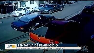 Homem é preso suspeito de esfaquear ex por não aceitar término, em Catalão - Mulher foi socorrida por colega e está internada na Santa Casa de Misericórdia da cidade em estado estável. Imagens de câmeras de segurança mostram vitima correndo após crime.