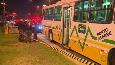 Tentativa de assalto em ônibus da capital termina na morte de um dos assaltantes - Policial à paisana reagiu e disparou contra os suspeitos, o segundo homem foi preso no coletivo.