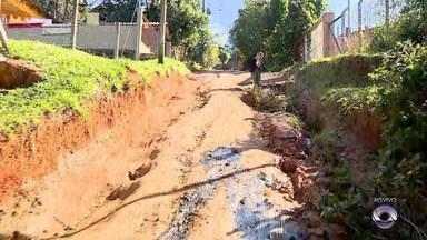 Buraco causa acidente com carro na manhã desta terça-feira em Viamão - Veículo capotou em cratera na rua; motorista não ficou ferido.