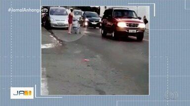 Vídeo mostra mulher com carrinho de bebê com dificuldade para atravessar rua em Goiânia - Ela tentou várias vezes até conseguir.
