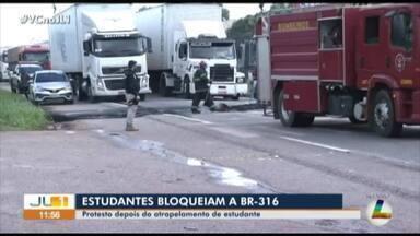 Estudantes do IFPA interditam a BR-316, em Castanhal, nordeste do Pará - Eles protestam pela morte de uma colega que foi atropelada na rodovia na segunda-feira (17)