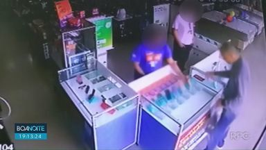 Ladrões roubam 20 celulares de loja de eletrodomésticos em Londrina - Imagens divulgadas pela Polícia Militar mostram a ação de um dos bandidos. Segundo a PM, o ladrão estava armado.