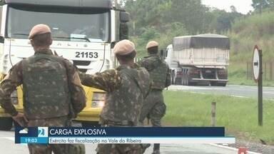 Exército faz fiscalização em rodovias no Vale do Ribeira - Inspeção ocorreu nesta terça-feira (18), em veículos que transportam carga explosiva.