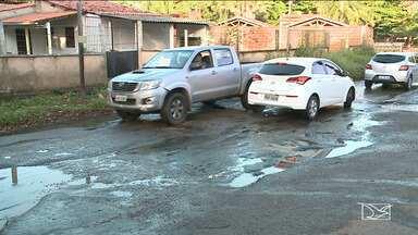 Falta de infraestrutura da Estrada do Pimenta é motivo de reclamação em São Luís - O esgoto e os buracos tem causado muitos prejuízos aos motoristas que trafegam pela região.