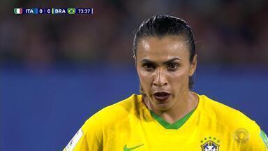 Torcedoras vibram por Marta, a maior artilheira da história das Copas do Mundo - Enquanto isso, seleção brasileira fica no 0 a 0 contra a Venezuela.