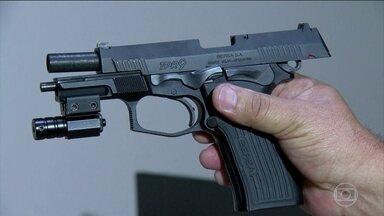 Polícia do Rio diz ter encontrado a arma que matou o pastor Anderson do Carmo - Uma pistola calibre 9 milímetros foi encontrada, ontem à noite, na casa onde o pastor vivia com a mulher, a deputada federal Flordelis do PSD e os filhos, em Niterói, na região metropolitana do Rio.