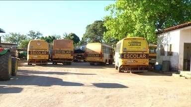 Estudantes precisam andar em carros caindo aos pedacos para chegar à escola no Tocantins - Alunos de Babaçulândia e de Natividade enfrentam longos caminhos em porta-malas de carro.