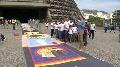 Tapetes de sal enfeitam ruas do Rio no dia de Corpus Christi - São Gonçalo tem o maior tapete de sal da América Latina. Os fiéis começaram os trabalhos na noite de quarta-feira.