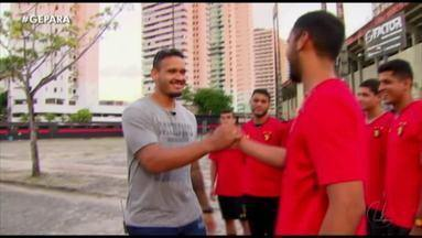 Bicampeão da champions de handebol, paraense visita amigos no Brasil - Natural de Abaetetuba, Rogério Moraes, que é destaque em um clube da Macedônia, reencontrou amigos do esporte em Recife