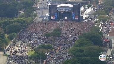 Milhares de fiéis participam da Marcha para Jesus, em São Paulo - O evento evangélico reúne artistas da música gospel.