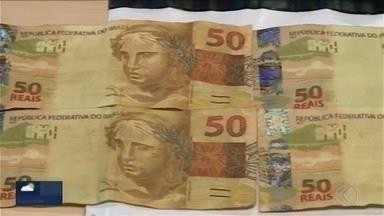 Jovem é detido em Uberaba após pagar por lanches com notas falsas - Segundo a Polícia Militar (PM), rapaz confessou ter comprado as notas falsas pela internet. Ele foi encaminhado à Delegacia da Polícia Federal.