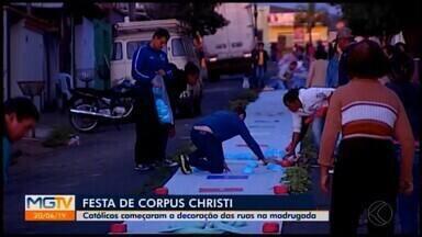 Fiéis de Araxá mantêm tradição na confecção dos tapetes de Corpus Christi - Católicos começaram a decoração das ruas durante a madrugada.