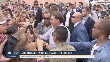 Bolsonaro visita familiares e se emociona em Eldorado, SP - Presidente da República faz visita para a mãe e vai encontrar os irmãos nesta quinta-feira (20).