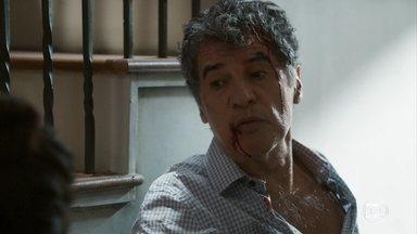 Miguel inventa que foi assaltado - Ele se recusa a ir ao hospital. Camila desconfia quando o pai pede que a polícia não seja avisada
