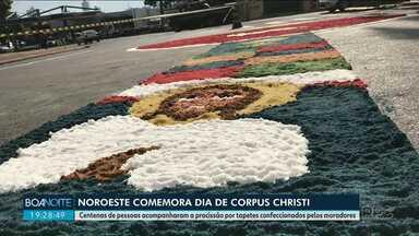 Noroeste comemora dia de Corpus Christi - Centenas de pessoas acompanharam a procissão por tapetes confeccionados pelos moradores.