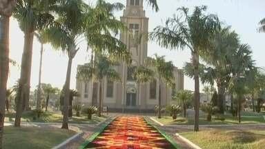 Tapetes enfeitam as ruas de cidades da região no dia de Corpus Christi - Tapetes enfeitam as ruas de cidades da região no dia de Corpus Christi nesta quinta-feira (20).