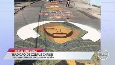Produção de tapetes de Corpus Christi mobiliza mais de mil voluntários em Caçapava - Voluntários usaram 70 toneladas de areia colorida para confeccionar mais de três quilômetros de cenas religiosas.
