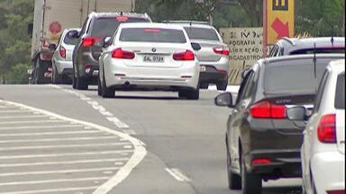 Estradas do Alto Tietê ficam movimentadas no feriado - Complexo Ayrton Senna/Carvalho Pinto que leva turistas para o Vale do Paraíba e Campos do Jordão ficou movimentada durante todo o dia.