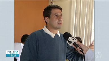 Denúncia do MP-RJ detalha extorsão feita ao prefeito de Porto Real - Adriano Serfiotis, filho do ex-prefeito do município, foi preso na quarta-feira (19). Segundo a Polícia Civil, três outros envolvidos continuam foragidos.