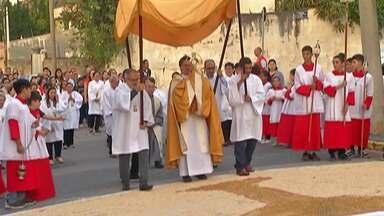 Paróquia São Maximiliano Kolbe, em Mogi, celebra Corpus Christi - Devotos participaram da confecção de tapete, procissão e missa.