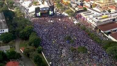 Em SP, 27ª Marcha para Jesus reúne três milhões, segundo organizadores - Tradicional evento gospel, organizado pela Igreja Renascer, teve caminhada de 3,5 quilômetros e artistas se apresentando em trios elétricos.