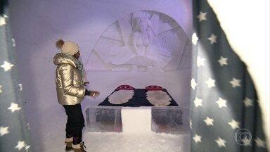 Glória Maria vive uma fria em hotel de gelo da Noruega - O Globo Repórter embarca para Kirkeness, segunda cidade mais fria do país da Noruega. O frio excessivo transformou o local em uma das atrações do inverno. Foi construído um dos mais antigos hotéis de gelo do país.