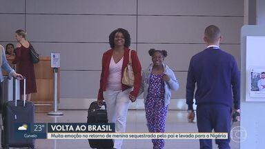 Reencontro emocionante marca volta para casa de garota sequestrada e levada para Nigéria - Após cinco meses, pai da garota Keke foi preso e ela voltou com a mãe para o Brasil.