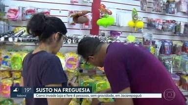Carro invade loja, em Jacarepaguá - Duas clientes e duas funcionárias ficaram feridas sem gravidade